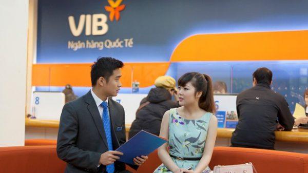 Kiểm tra số dư tài khoản ngân hàng VIB tại quầy giao dịch