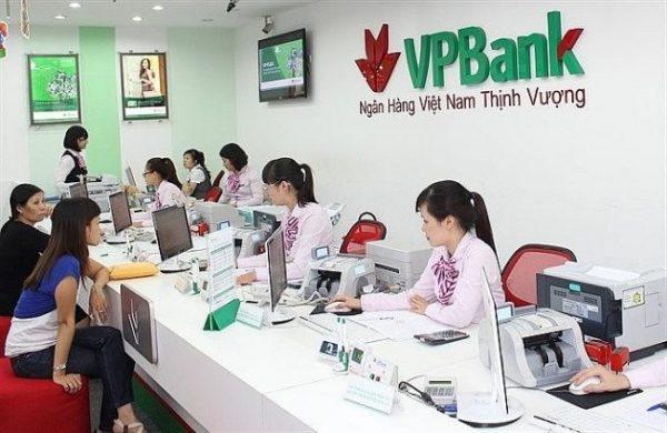 Khách hàng có thể kiểm tra số dư tài khoản ngân hàng VPBank tại quầy giao dịch