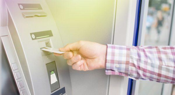 Đưa thẻ vào khe để chuẩn bị giao dịch rút tiền