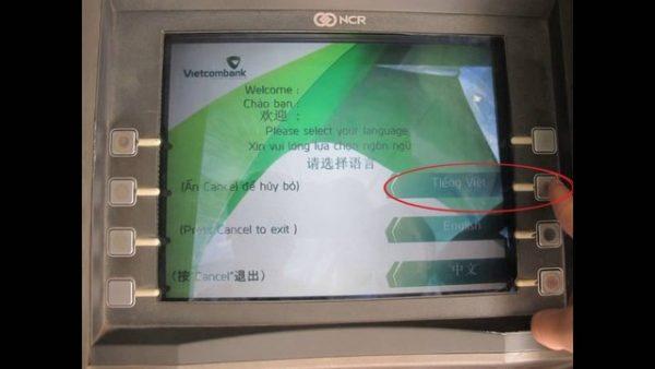 rút tiền tại cây ATM