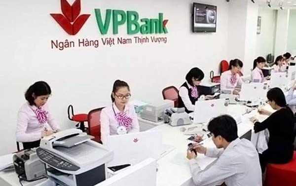 Khách hàng có thể đăng ký mở tài khoản VPBank tại quầy giao dịch