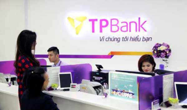 Khách hàng có thể mở thẻ ATM TPBank tại quầy giao dịch