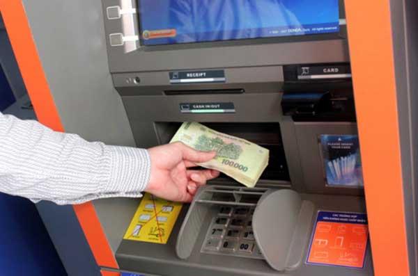 Nạp tiền vào tài khoản ngân hàng tại máy ATM