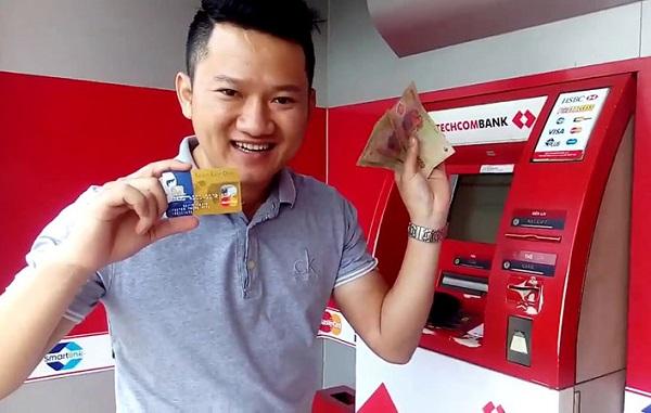 Rút tiền tại cây ATM Techcombank