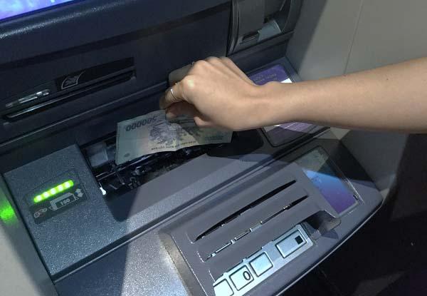 Rút tiền cây ATM không cần thẻ VietcomBank mất phí không?