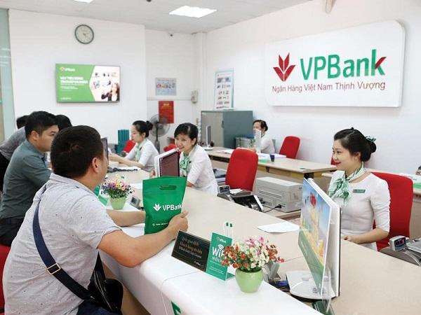 Khóa thẻ tại quầy giao dịch ngân hàng