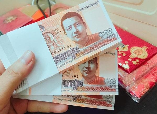 Bạn nên đổi nhiều tiền Riel khi đến Campuchia mua sắm, chi tiêu.
