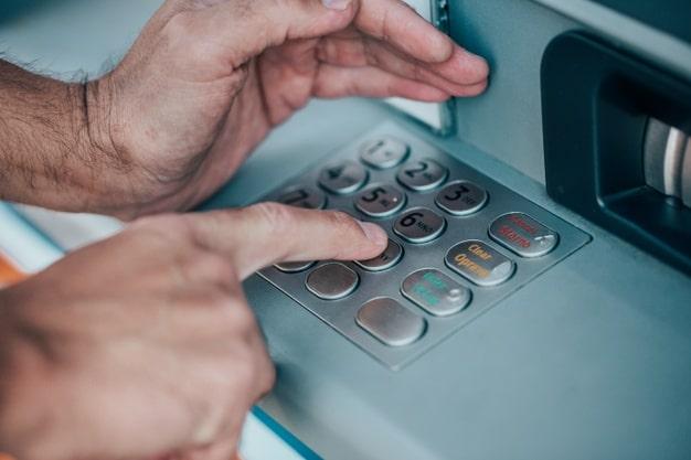 Trong quá trình tra số tài khoản VCB tại ATM, bạn nên thao tác cẩn thận để tránh lộ thông tin