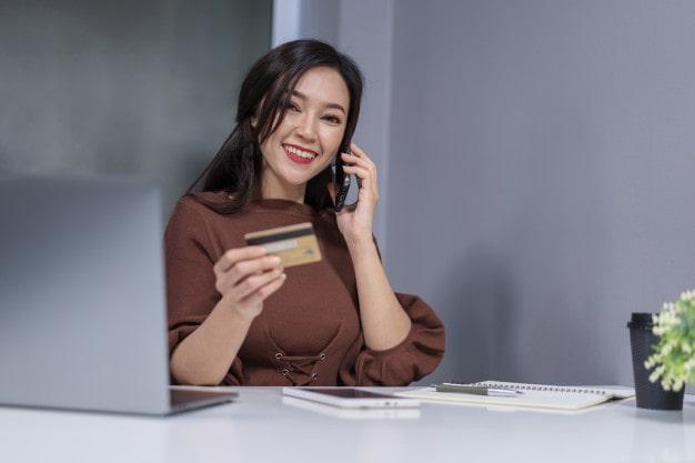 Gọi ngay hotline dịch vụ thẻ của ngân hàng để yêu cầu tổng đài viên cung cấp số tài khoản