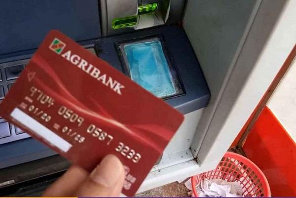 Trong thời gian làm lại thẻ có rút tiền được không?