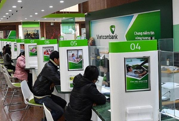 Khóa thẻ tại quầy giao dịch, chi nhánh ngân hàng
