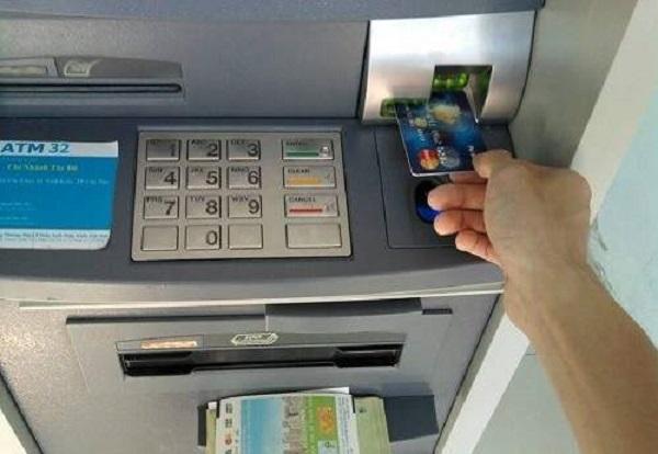 Vì sao ngân hàng phải để số dư tối thiểu trong thẻ ATM?